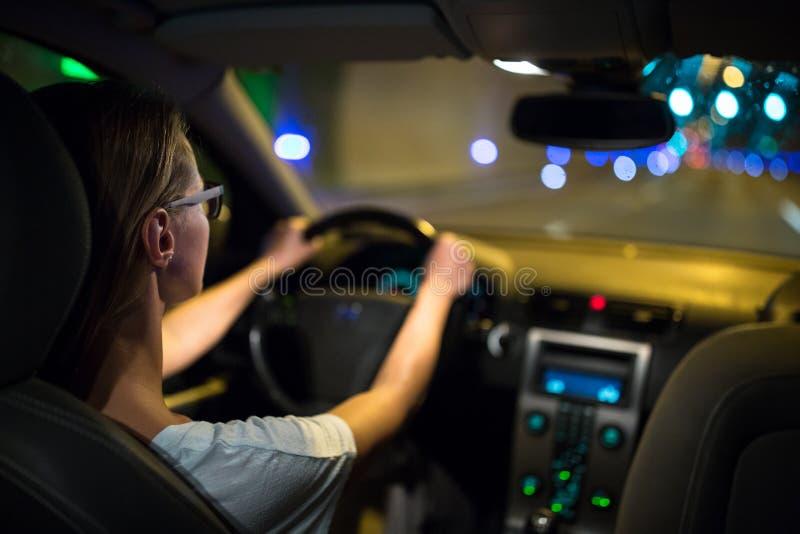 Movimentação fêmea que conduz um carro na noite foto de stock royalty free