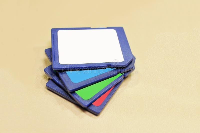 Movimentação instantânea um dispositivo eletrónico pequeno que contém a memória Flash fotos de stock royalty free