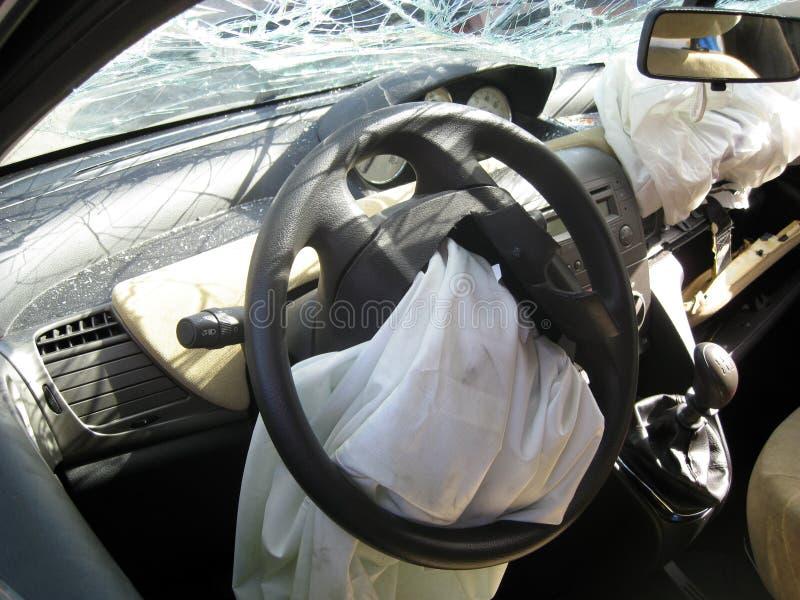 A movimentação interna do carro deixou de funcionar com para-brisa quebrado, traseiro-vista RIM fotos de stock