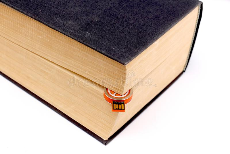 movimentação pequena do usb entre páginas de um livro velho foto de stock royalty free