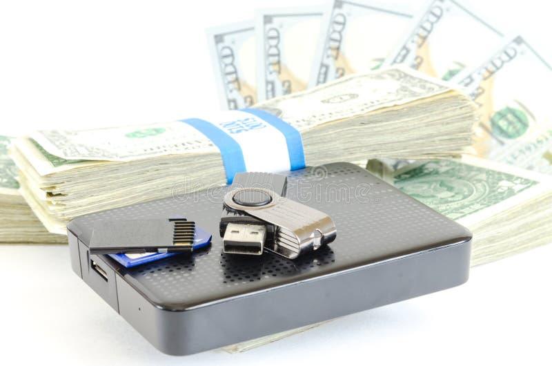 A movimentação portátil USB na pilha de pacotes do dólar para dados é dinheiro fotografia de stock royalty free