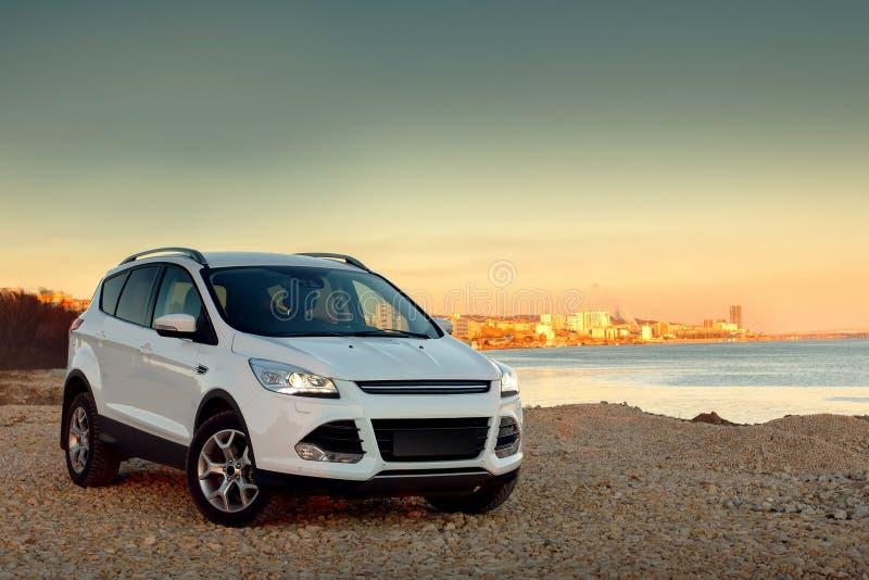 Movimentação rápida do carro branco na costa de pedra foto de stock royalty free
