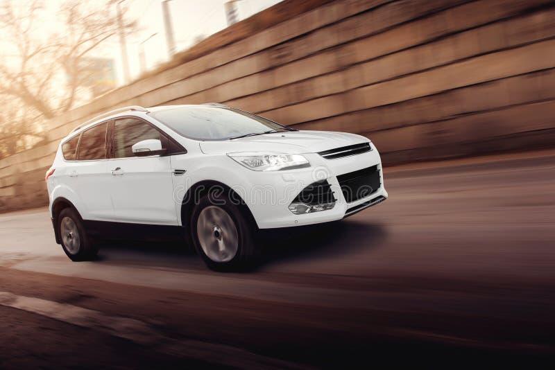 Movimentação rápida do carro branco na estrada na cidade fotos de stock royalty free