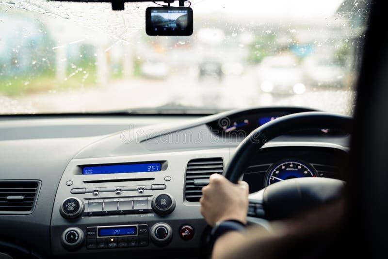 Movimentação segura no dia chuvoso, no controle de velocidade e na distância da segurança na estrada, conduzindo com segurança imagem de stock royalty free