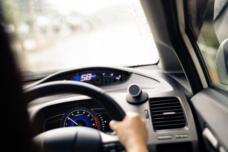 Movimentação segura no dia chuvoso, no controle de velocidade e na distância da segurança na estrada, conduzindo com segurança imagem de stock