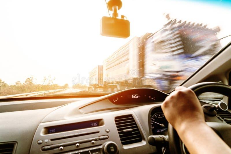 Movimenta??o, controle de velocidade e dist?ncia seguros da seguran?a na estrada, conduzindo com seguran?a fotos de stock royalty free