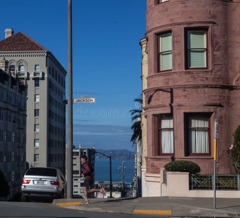 Movimentando-se em San Francisco, passando um cruzamento e a vista da baía foto de stock