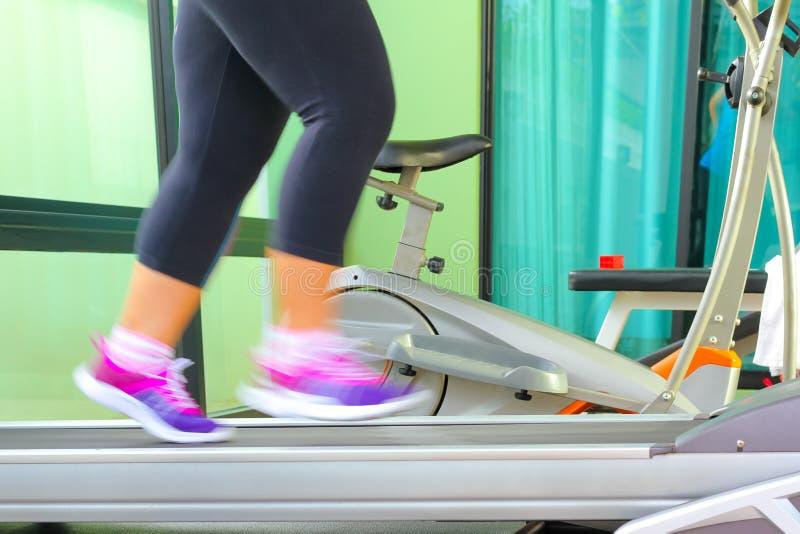 Movimentando-se para perder o peso para ser saudável, pés que vestem o runni das sapatilhas fotos de stock royalty free