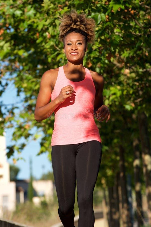 Movimentar-se fêmea novo afro-americano apto na manhã fotografia de stock royalty free