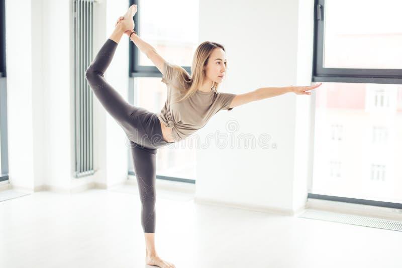 Movimenti di Expressinve del ballerino agile fotografia stock libera da diritti