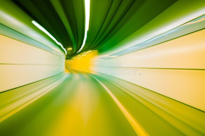 Movimento abstrato da velocidade no túnel da estrada da estrada, reboque borrado do movimento fotografia de stock