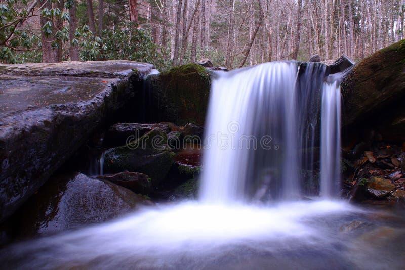 Movimento borrado e fotografia lenta da queda da água da velocidade do obturador nas montanhas fumarentos imagens de stock