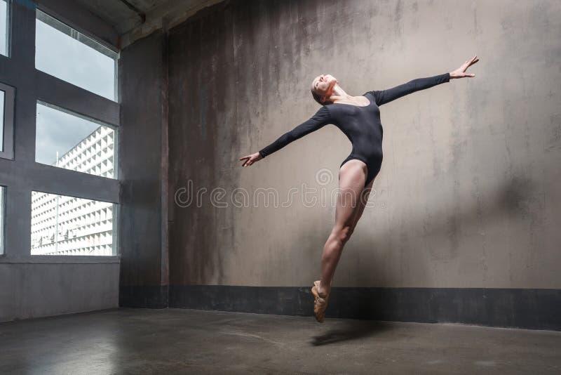 Movimento, conceito de salto Contemporâneo de dança da mulher fotos de stock royalty free