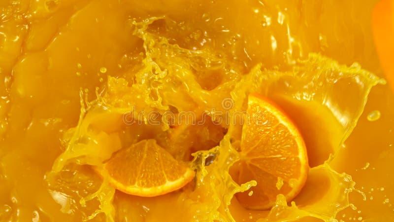 Movimento congelado de sumo de laranja que vaza Vista superior fotos de stock royalty free