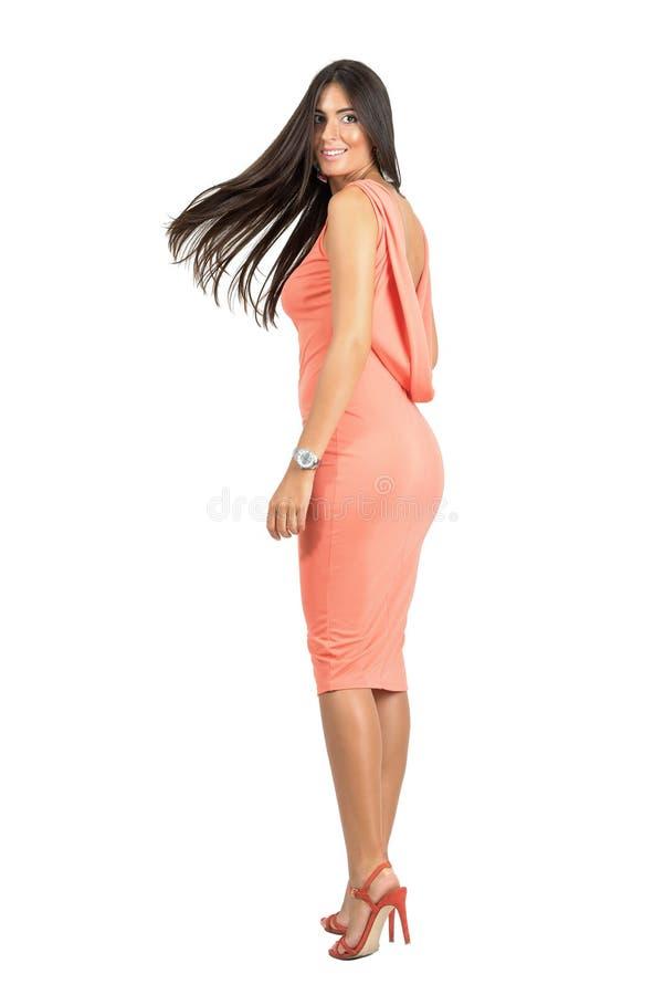 Movimento congelado do cabelo da mulher bonita do encanto no vestido de noite elegante imagem de stock royalty free