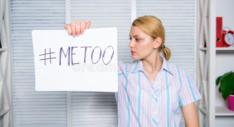 Movimento contro molestia sessuale Hashtag triste del manifesto della tenuta del fronte della donna me anche Vittima di aggressio immagini stock libere da diritti