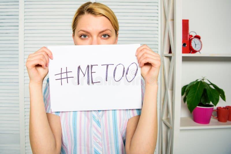 Movimento contro molestia sessuale Hashtag triste del manifesto della tenuta del fronte della donna sociale di protesta me anche  fotografie stock libere da diritti