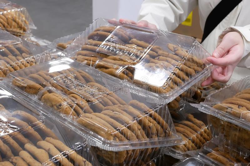 Movimento da cookie de compra dos povos dentro da loja de Costco foto de stock royalty free