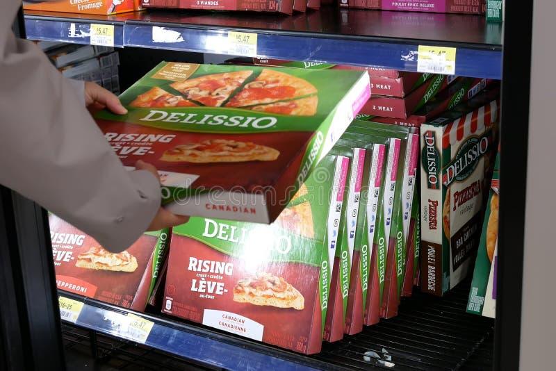 Movimento da pizza da compra da mulher dentro da loja de Walmart fotos de stock royalty free