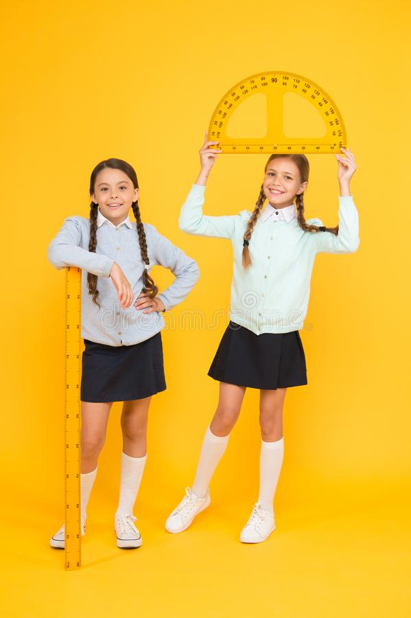 Movimento da teoria praticar Os estudantes bonitos das crianças estudam a matemática Dia do conhecimento Alunos excelentes Escola imagens de stock