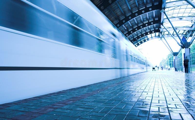 Movimento del treno sulla piattaforma bagnata fotografia stock libera da diritti