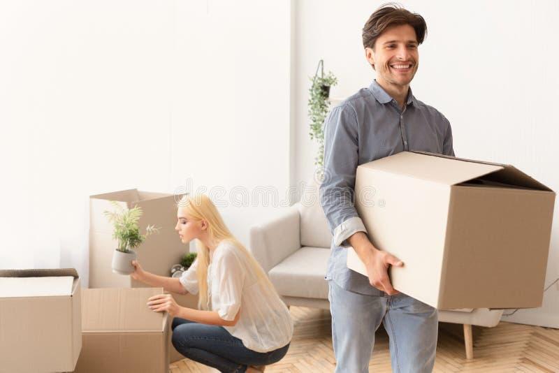 Movimento della famiglia Roba d'imballaggio delle coppie felici in scatole fotografie stock