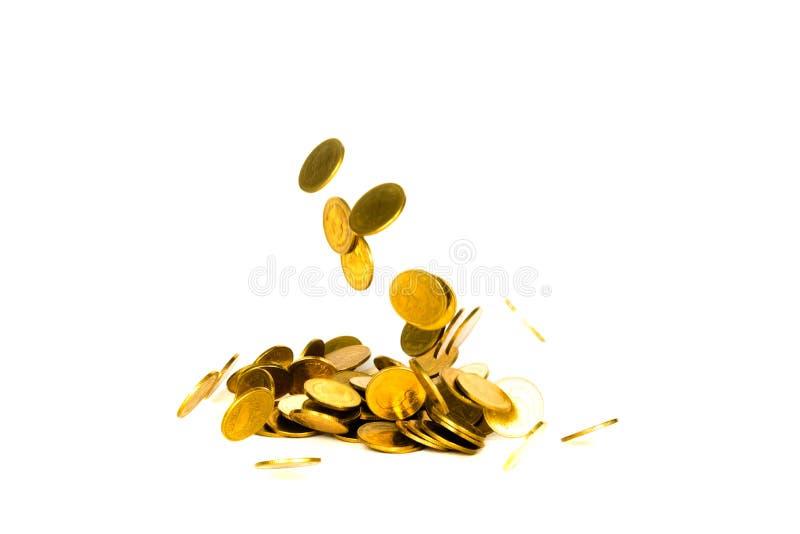 Movimento della moneta di oro di caduta, della moneta di volo, dei soldi della pioggia isolati su fondo bianco, dell'affare e del immagini stock libere da diritti