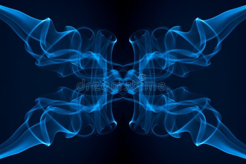 Movimento di fumo, fumo blu-chiaro astratto su fondo nero immagini stock libere da diritti