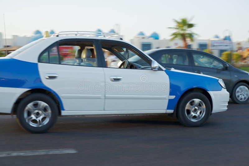 Movimento di guida di veicoli del tassì - seguire colpo fotografia stock