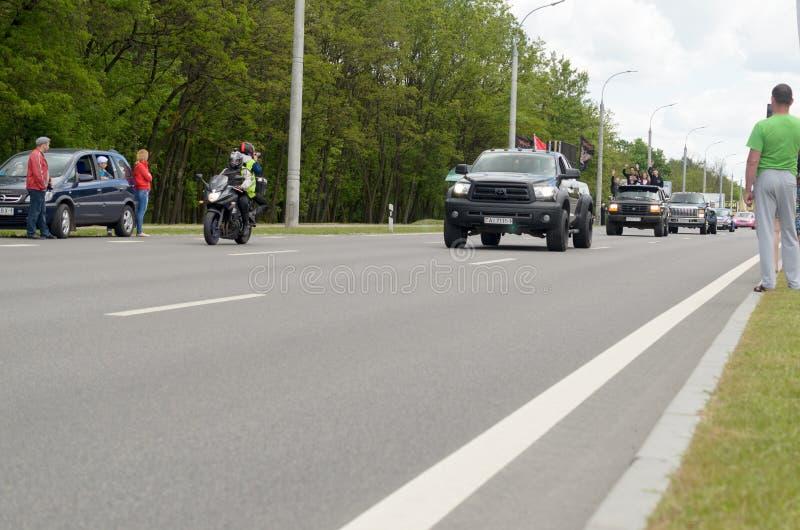 Movimento di una colonna dei motociclisti alla riunione internazionale annuale a Brest fotografia stock
