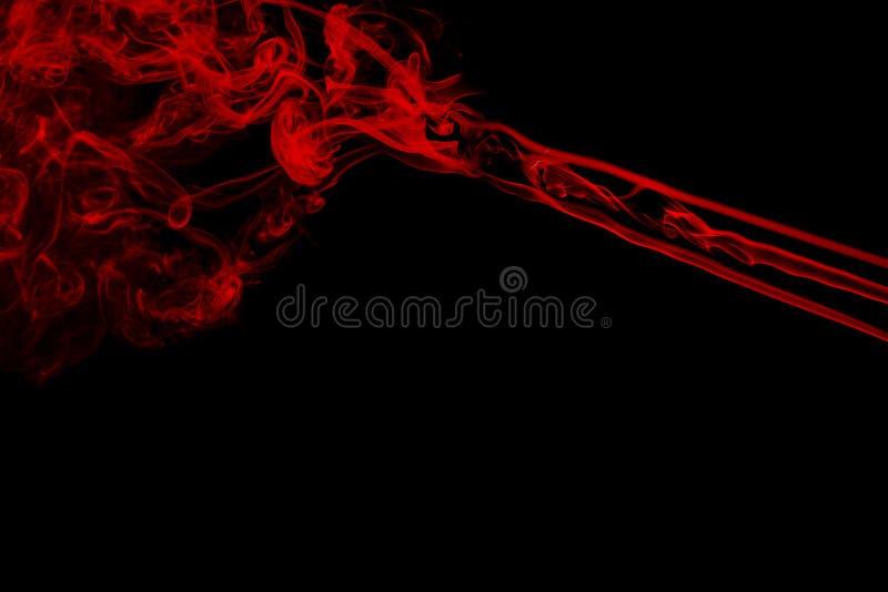 Movimento do fumo colorido Fumo vermelho abstrato no fundo preto imagem de stock
