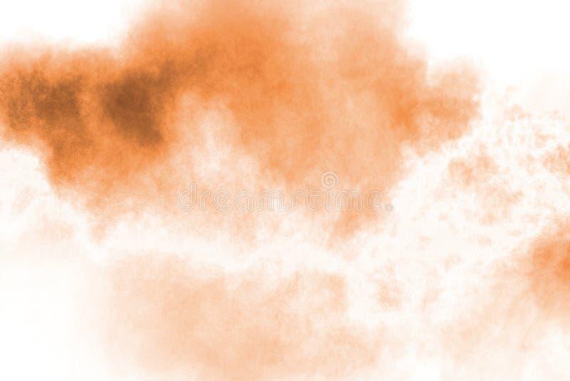 Movimento do gelo da explos?o de poeira marrom Parando o movimento do p? marrom P? marrom explosivo no fundo branco fotos de stock royalty free