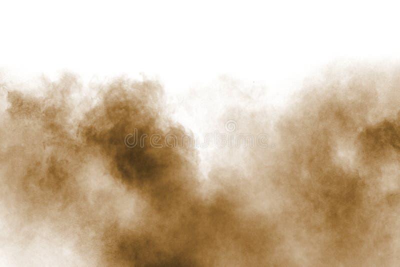 Movimento do gelo da explos?o de poeira marrom Parando o movimento do p? marrom P? marrom explosivo no fundo branco fotos de stock