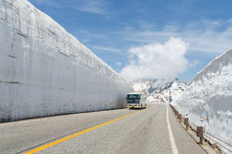 Movimento do ônibus do para-brisa do borrão ao longo da parede da neve na rota alpina do kurobe de tateyama fotos de stock royalty free