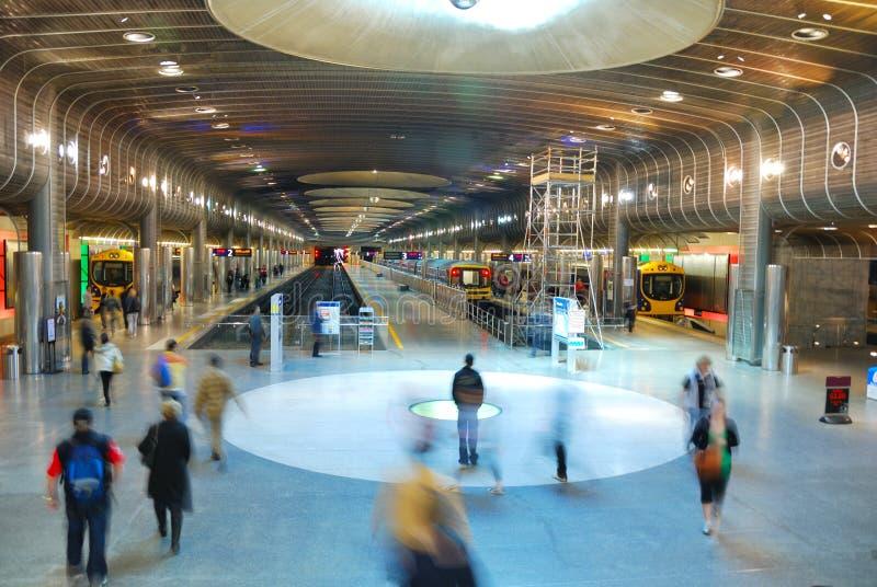 Movimento do pessoa na plataforma do metro fotos de stock