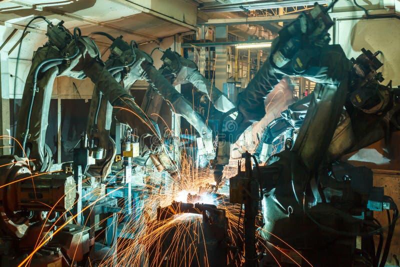 Movimento do robô de soldadura em uma fábrica do carro fotografia de stock