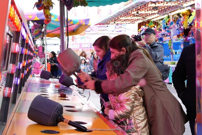 Movimento dos povos que jogam o jogo do soco no carnaval dos divertimentos da costa oeste fotografia de stock