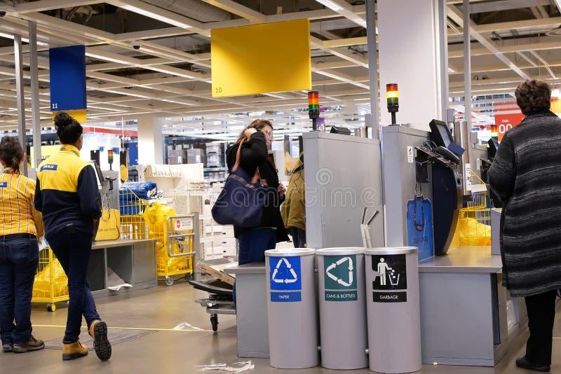 Movimento dos povos que pagam o produto na autoavalia??o para fora contra dentro da loja de Ikea imagens de stock royalty free