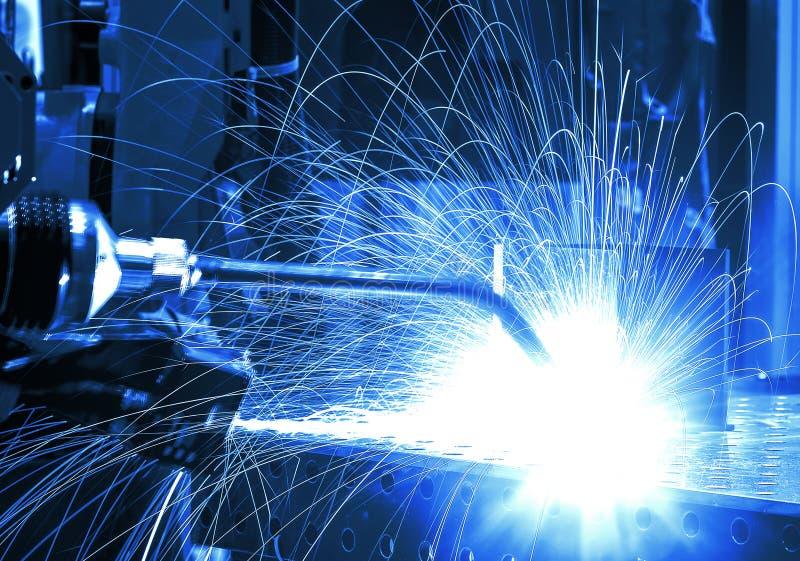 Movimento dos robôs de soldadura na fabricação da fábrica, indústria, fábrica foto de stock royalty free
