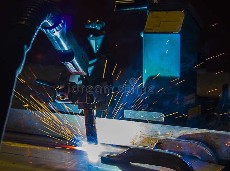 Movimento dos robôs de soldadura em uma fábrica do carro foto de stock royalty free