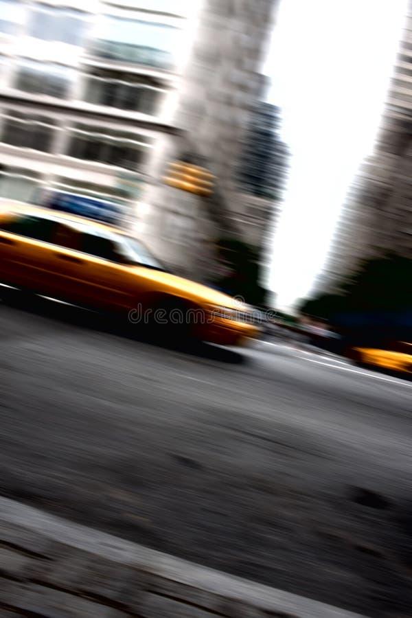 Movimento giallo d'accelerazione della carrozza di tassì fotografia stock libera da diritti