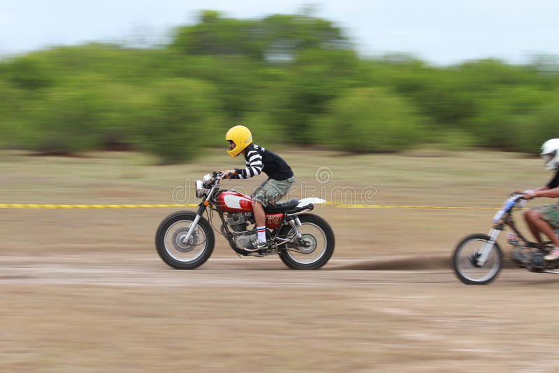 Movimento lento, guida del motociclista immagine stock