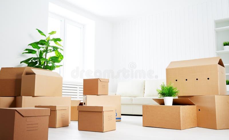 movimento lotes de caixas de cartão no apartamento novo vazio fotografia de stock
