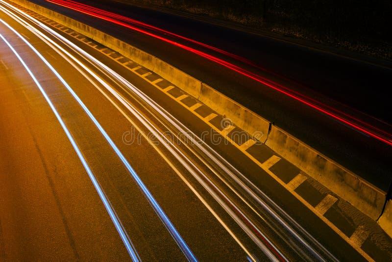Movimento na velocidade ao longo da estrada na noite imagens de stock