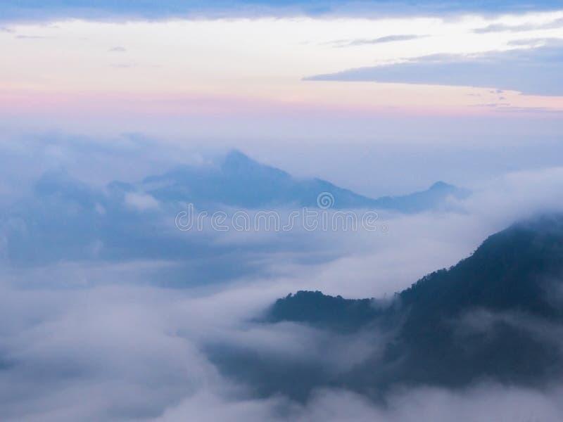 Movimento nevoento macio na parte superior da montanha imagens de stock royalty free