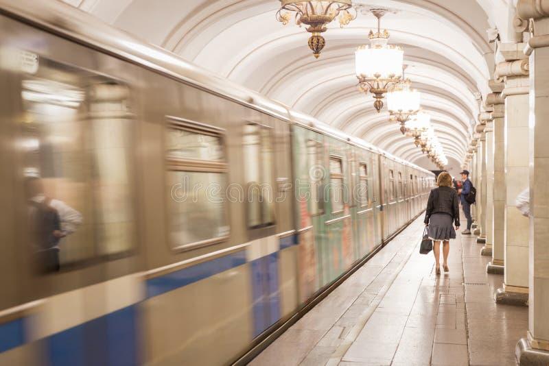 Movimento obscuro do metro do russo na estação brilhante fotos de stock royalty free