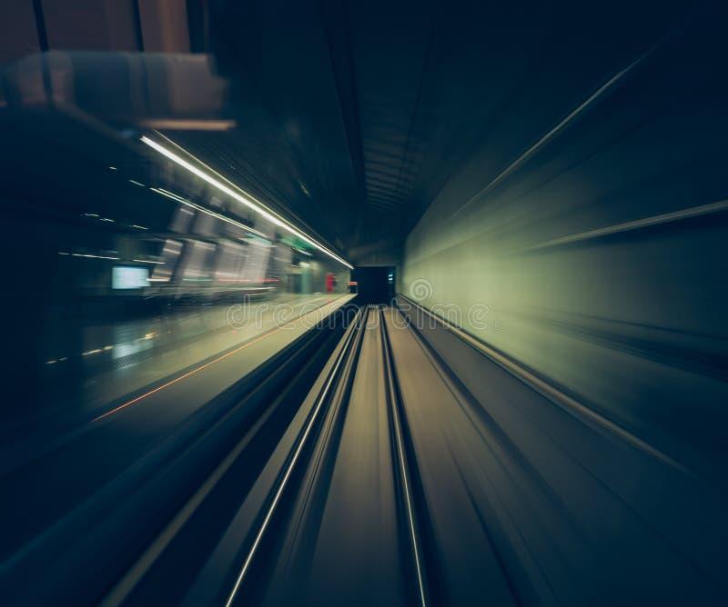 Movimento rápido de um trem através dos túneis de estrada de ferro capturados do interior da cabine de um trem POV imagem de stock