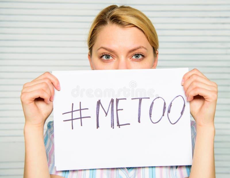 Movimento social imitação Movimento contra o acosso sexual Hashtag triste do cartaz da posse da cara da mulher social do protesto foto de stock royalty free
