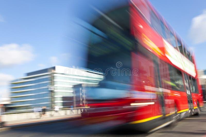 Movimento vermelho do barramento de ponte dobro de Londres borrado fotografia de stock