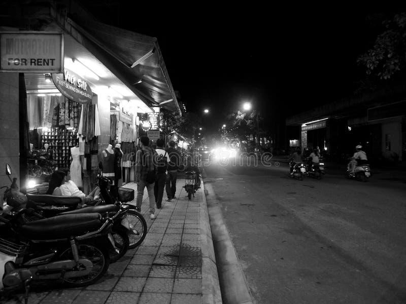 Movimentos da vida noturno da vida de rua, ambiente autêntico na MATIZ, VIETNAME da cena da noite imagens de stock royalty free
